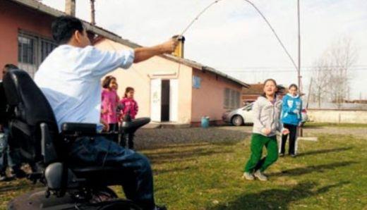 Engelli öğretmenin azmi görenleri şaşkına çeviriyor