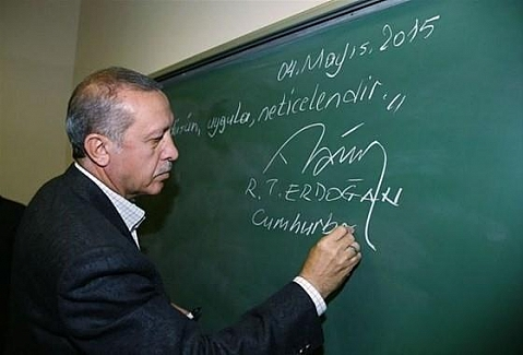 Erdoğan tahtaya yazıp altına imzasını attı