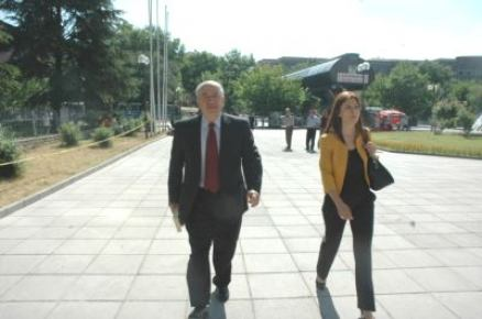 Eski YÖK Başkanı Gürüz, adliyeye ticari taksiyle geldi