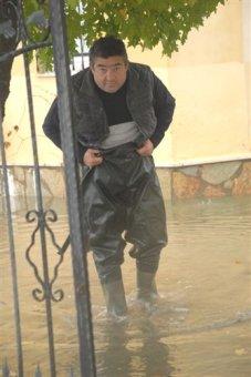 Fethiye'de aşırı yağış sel oldu : Okulla bir gün tatil edildi