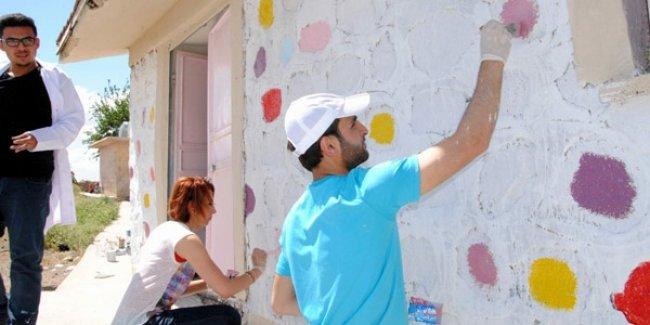 Gönüllü öğretmenler 10'uncu okulu boyadı