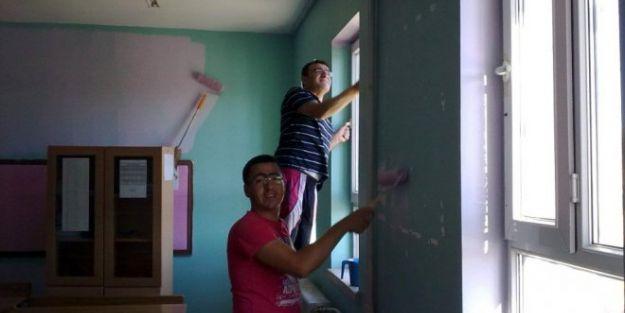 Hizmetlisi Olmayan Okulu, Öğretmenler Boyuyor