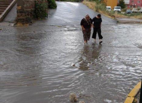 İzmir'de şiddetli yağış: Sokak ve işyerleri kum ile çakıl altında kaldı