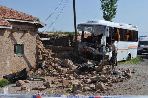 Kapadokya yolunda kaza: Öğretmen öldü, 28 kişi yaralandı