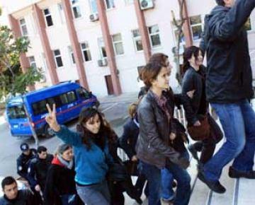 KCK soruşturmasında gözaltına alınan 35 KESK üyesi adliyede