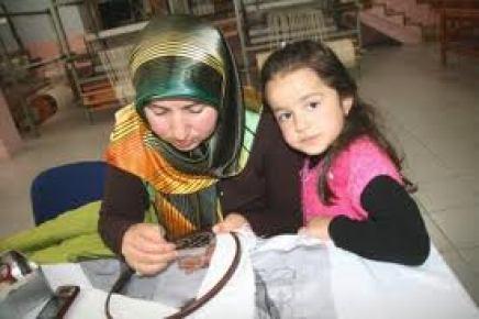 Kız çocuklarına ücretsiz el sanatları kursu veriyorlar