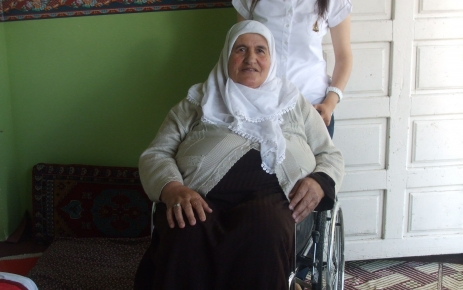 Köy öğretmeni öncü oldu, toplanan mavi kapaklarla bir engellinin yüzü güldü