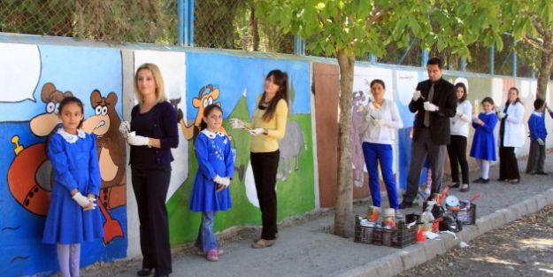 Köy okulunu rengarenk karikatürlerle donattılar