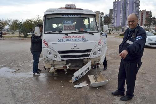 Kozan'da ambulans dolmuşla çarpıştı