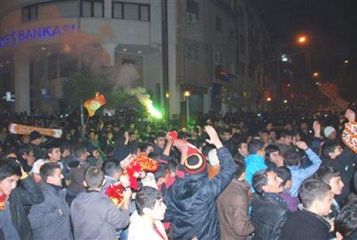 Kütahya'da derbi gerginliği: Polis taraftarlara müdahale etti