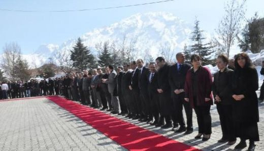 Maliye ve Milli Eğitim Bakanı'na Hakkari'de kırmızı halılı karşılama