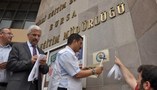 Milli Eğitim Müdürlüğü girişine sendika tabelası astılar