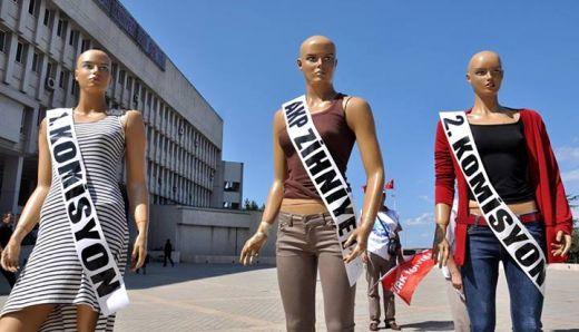 Müdür atama sınavına cansız mankenli protesto
