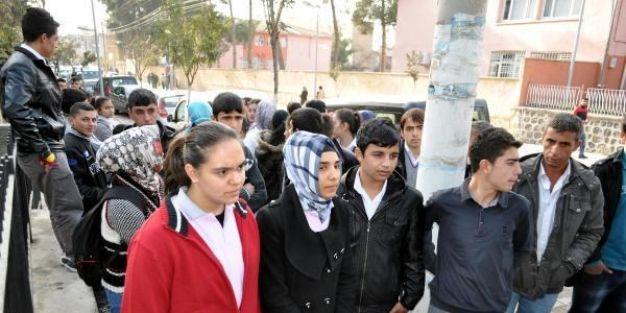 Müdür yardımcısı tacizden tutuklandı, öğreciler eylem yaptı