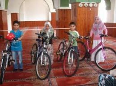 Müftülükten yaz kursunda Kur'an okumayı öğrenen çocuklara bisiklet