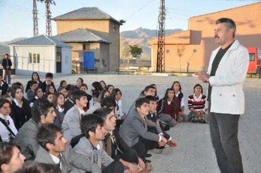 Öğrenciler eylem yaptı, okul müdürü isyan etti