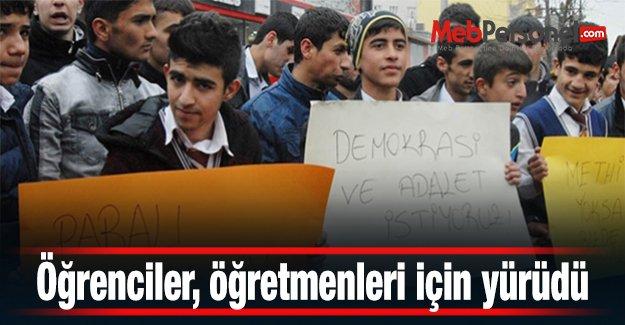 Öğrenciler, öğretmenleri için yürüdü