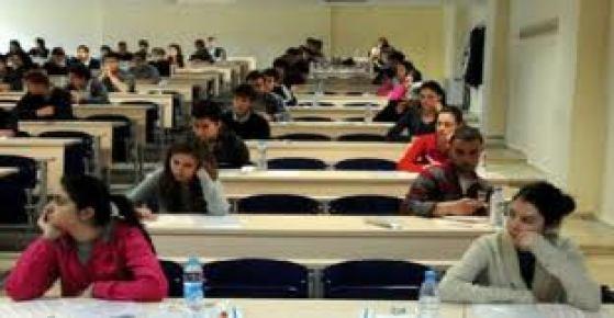 Öğrencileri sınav stresi, velileri de Adana'nın sıcağı terletti