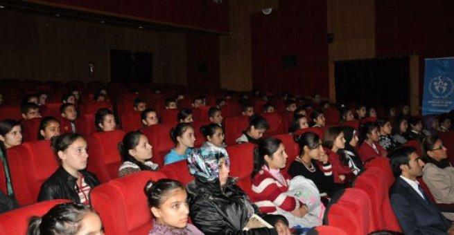 Öğretmenler tiyatroda stres attı