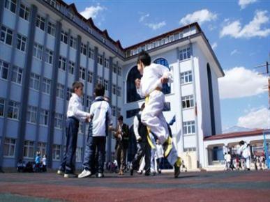 4+4+4 eğitim sistemi nedeniyle çocuklarının başka bir okula sevk edilecek olmasını protesto etttiler
