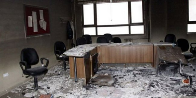 Okul müdürünün odasını kundakladılar