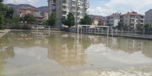 Okul ve hastaneyi su bastı