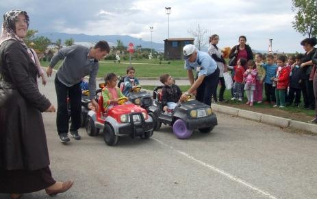 Polisten anaokulu öğrencilerine uygulamalı trafik eğitimi