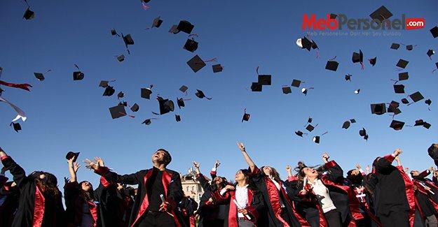 Sadece ERÜ'den 800 yeni öğretmen adayı mezun oldu