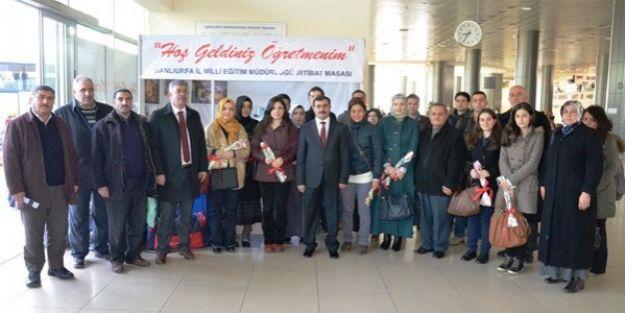 Şanlıurfaya Atanan öğretmenleri Milli Eğitim Müdürü Çiçeklerle Karşıladı