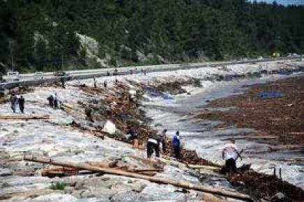 Sel suları içinde odun toplarken suya düşerek hayatını kaybetti