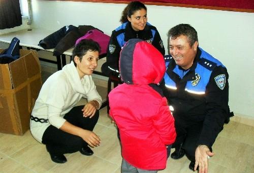 Sinop Emniyet Müdürlüğü'nden öğrencilere giyecek yardımı