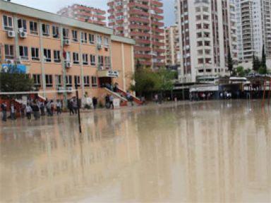 Su basan okulda öğrenciler mahsur!