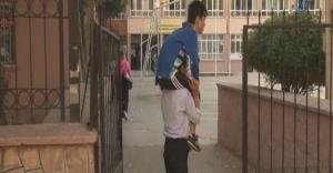 Engelli oğlunu hergün sırtında okula götürüyor!