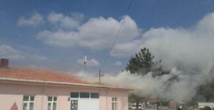 Burdur'da ilkokulun çatısı yandı