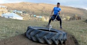 Beden eğitimi öğretmeni taş, odun ile crossfit sporu yapıyor