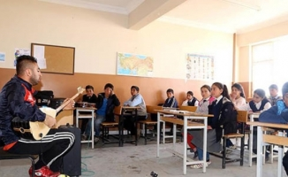 Köy çocuklarını 'müzik ve spor'la okullu yaptı