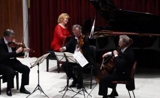 Devlet sanatçısı piyanistten öğretmenine vefa