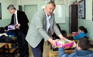 İlkokul öğretmeninden öğrencilerine ayakkabı yardımı