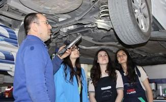 Balıkesir'de eğitim gören 7 kız öğrenci motor başında