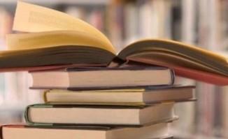 Kitap okuma yarışmasını kazanan öğrencilere para ödülü