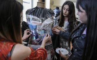 Lise öğrencileri, atık malzemelerden kostüm tasarlıyor