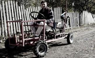 Öğretmen  2 öğrencisiyle 'Posof Kaplanı' adını verdikleri otomobil üretti