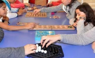 Öğrenciler akıl oyunlarıyla zamanlarını değerlendiriyor