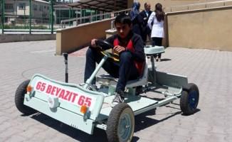 Ortaokul öğrencisi atık ürünlerden 'go kart' aracı yaptı