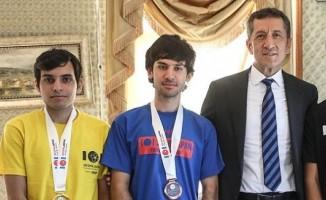 Bakan Selçuk, Türkiye'nin bilgisayar olimpiyat şampiyonlarıyla buluştu