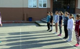 İlkokul öğrencilerine oyunla iç içe 'beden eğitimi' dersi