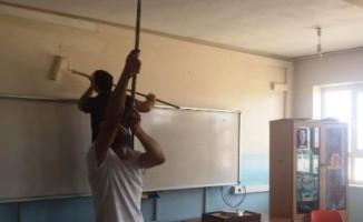 Fedakar öğretmenler okulu boyadı