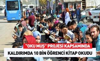 Muş'ta 10 bin öğrenci kaldırımda kitap okudu