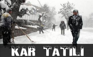 Edirne Keşan'da yoğun kar yağışı nedeniyle okullar bir gün tatil edildi.