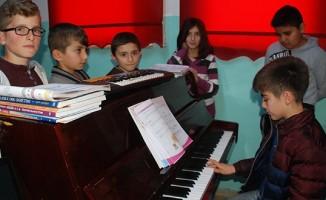 Köy okulunda piyano sesleri